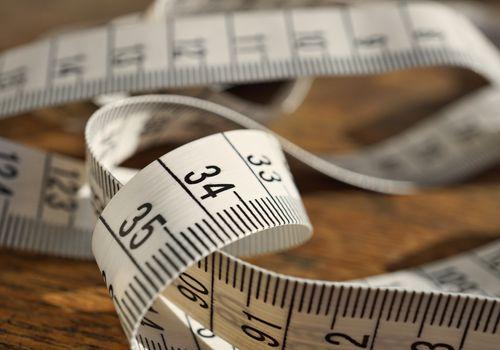 Cinta métrica blanca (longitud de medición de la cinta en metros y centímetros)