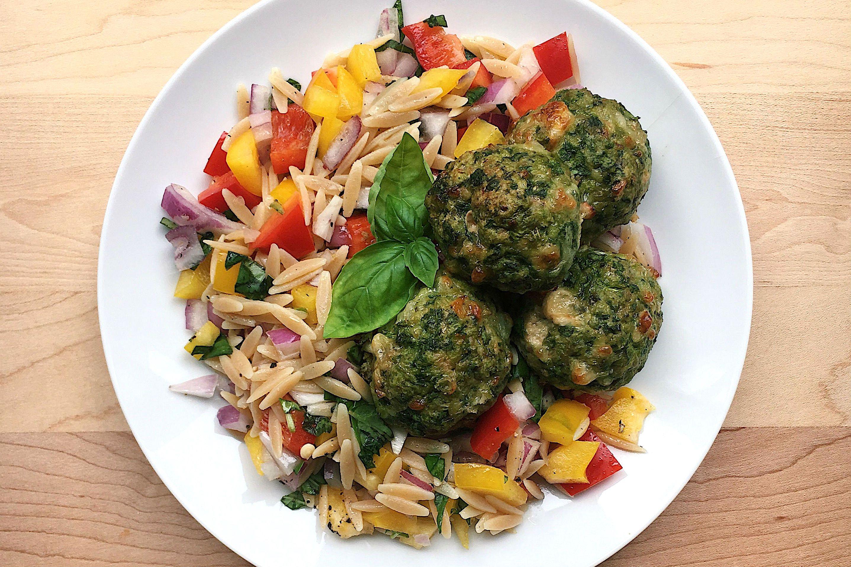 albóndigas de espinacas y pavo con orzo de verduras