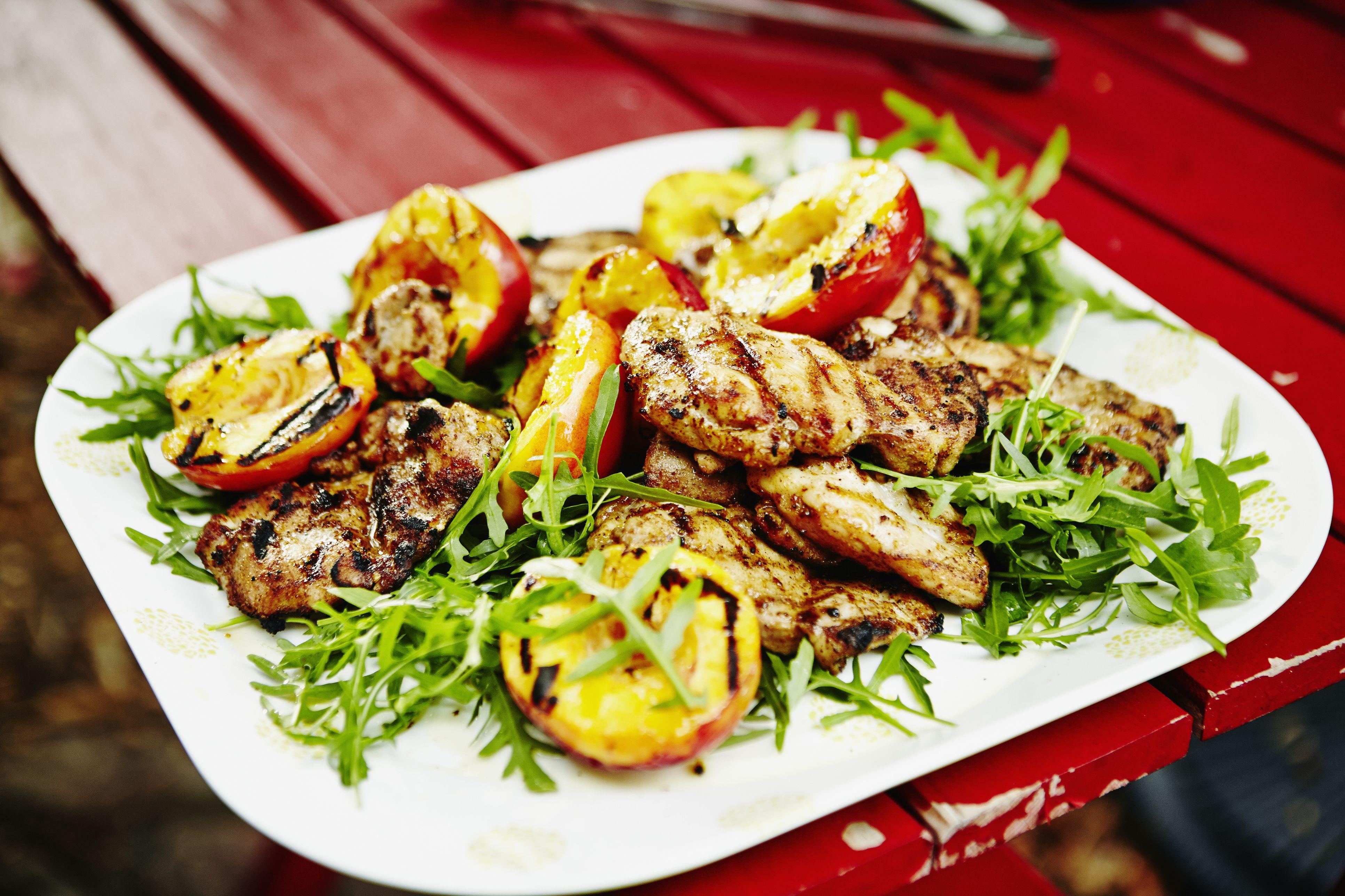 Pollo a la plancha con nectarinas y rúcula