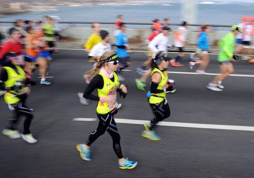 Los corredores cruzan el puente Verrazano-Narrows al comienzo del ING New York City Marathon el 3 de noviembre de 2013 en el distrito de Brooklyn de Nueva York.