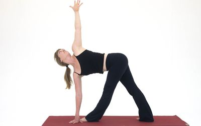 how to do triangle pose utthita trikonasana