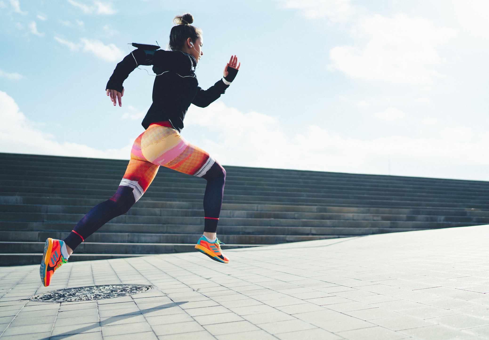 Deportista corriendo en la ciudad