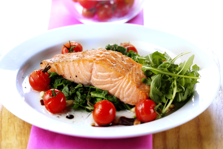 Filete de salmón con espinacas y tomates