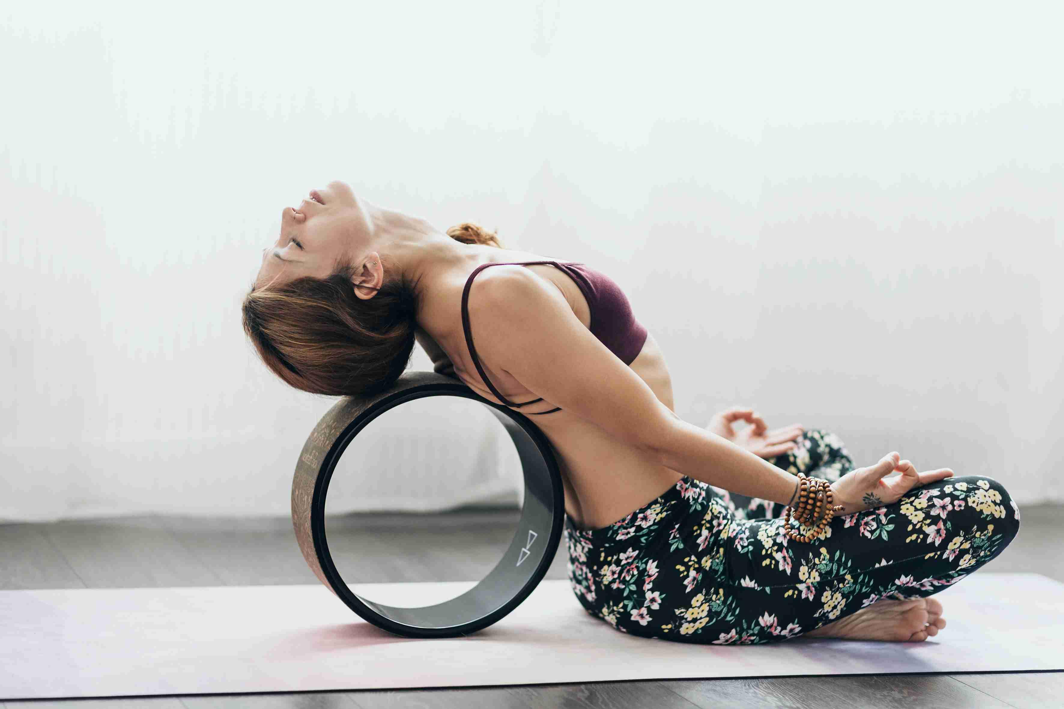 Postura fácil reclinable con ruedas de yoga
