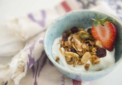 yogurt con granola y fresa