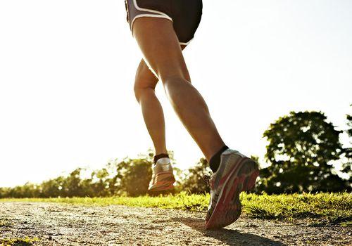 Mujer joven corriendo, Suecia.