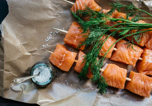 Brochetas de salmón