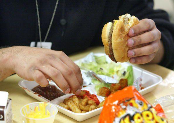 Sorprendentemente, gran parte de la comida que se sirve a los niños en la escuela se considera comida chatarra.