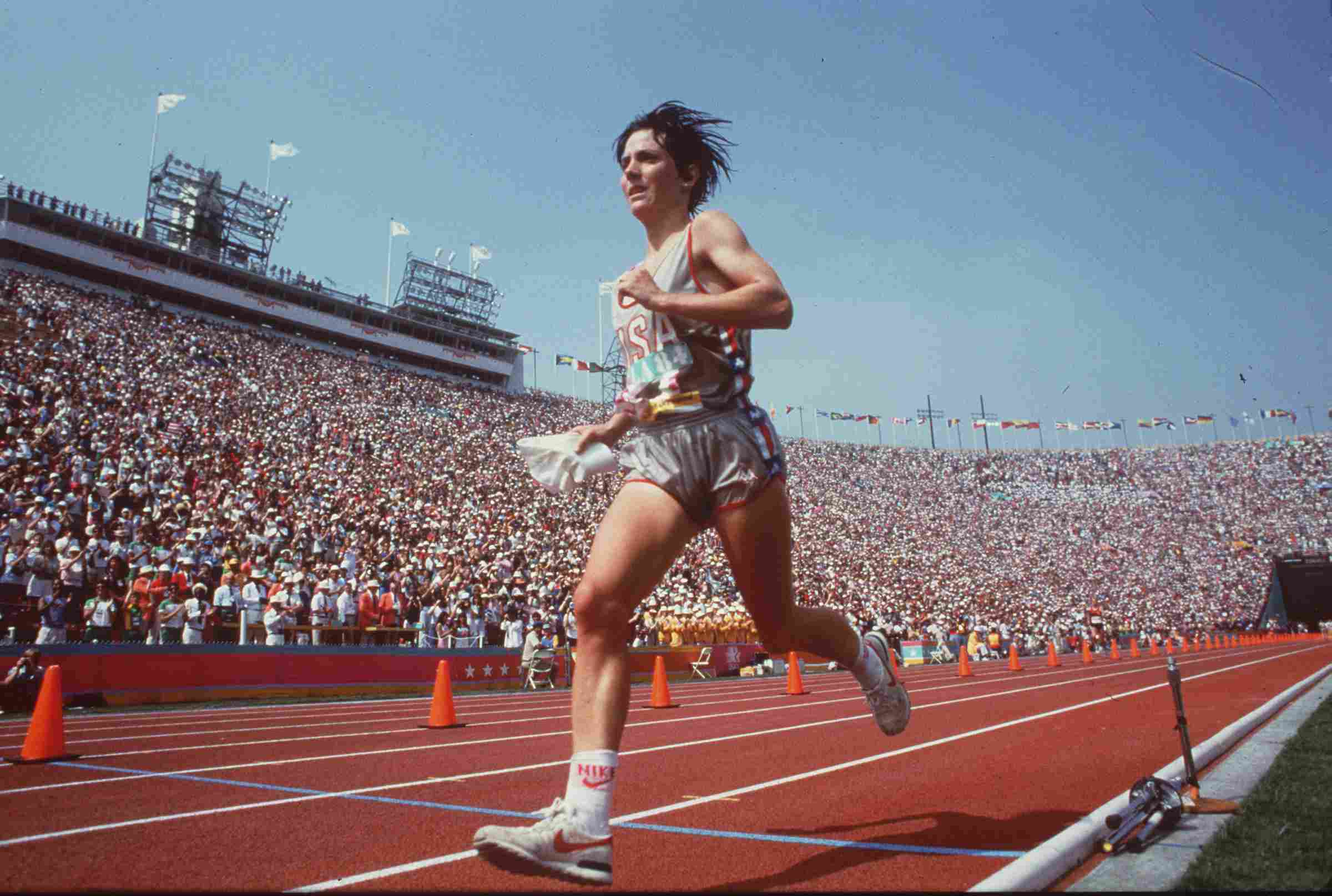 Joan Benoit gana la primera maratón olímpica femenina, celebrada en Los Ángeles en 1984.