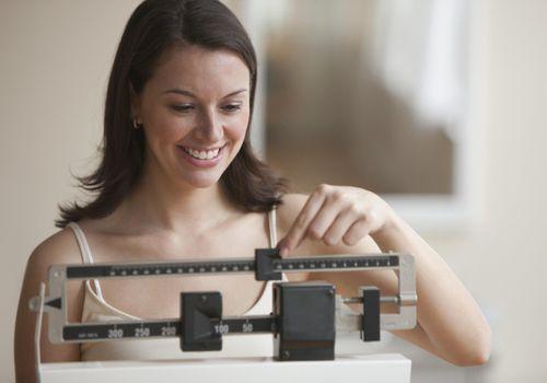 Cerca de una mujer que se pesa