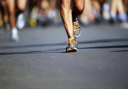 Piernas y pies de corredores, corriendo una maratón