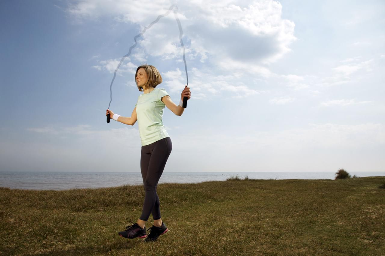 saltar la cuerda ejercicio plyo