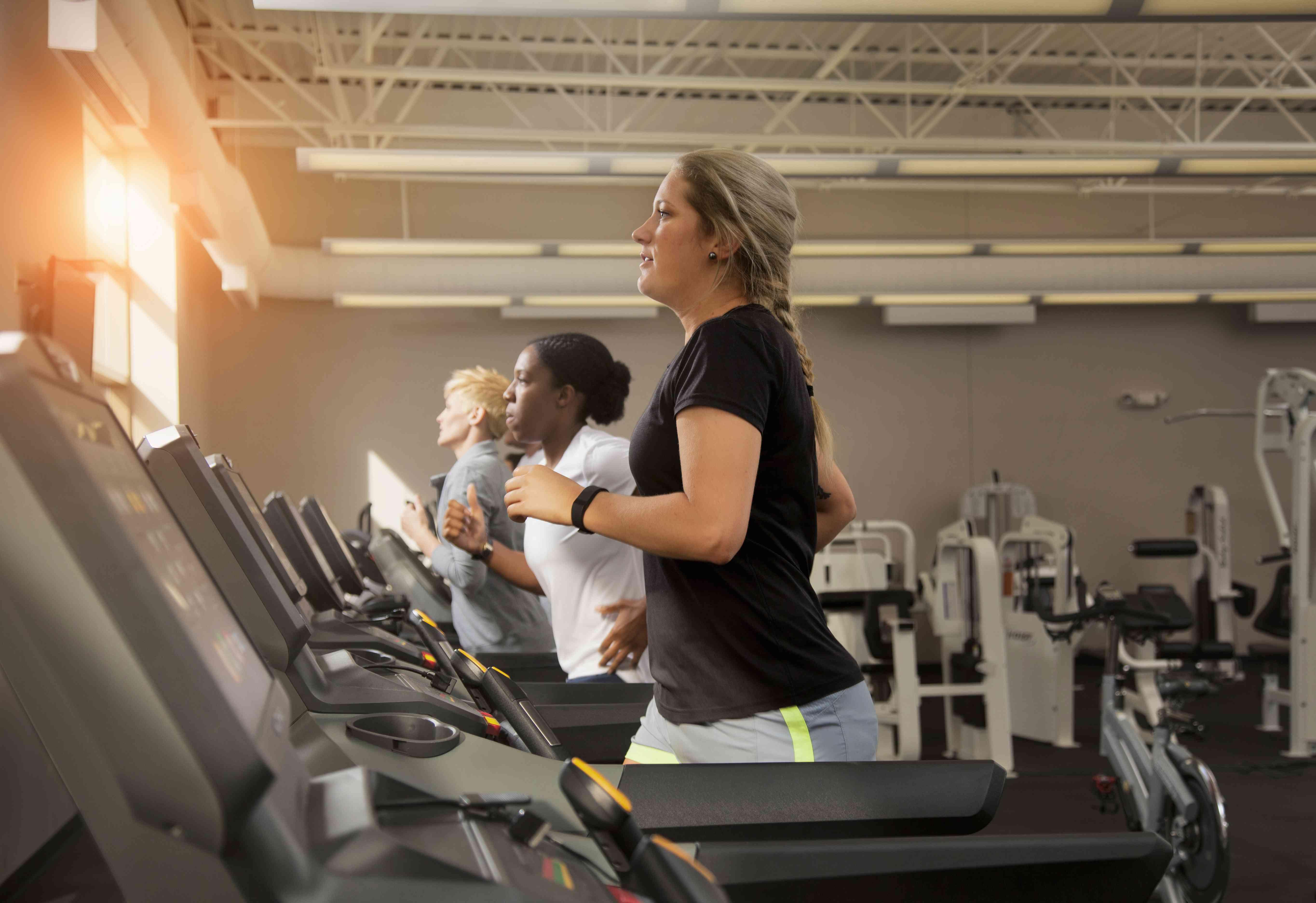 Mujeres en cintas de correr en un gimnasio