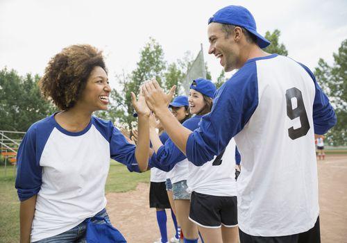 los amigos pueden ayudarte en los deportes
