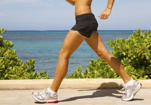 Enérgica mujer caminando con buena forma de caminar