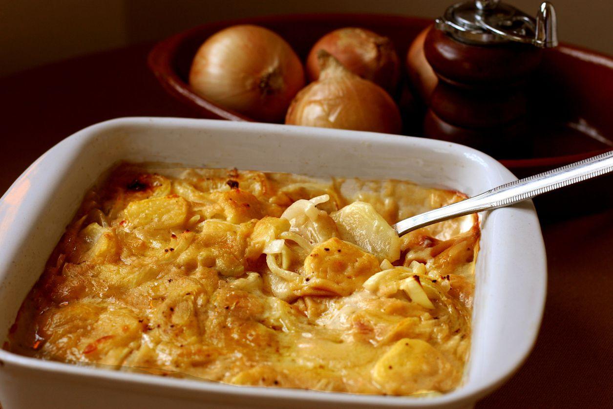 Patatas gratinadas en cazuela