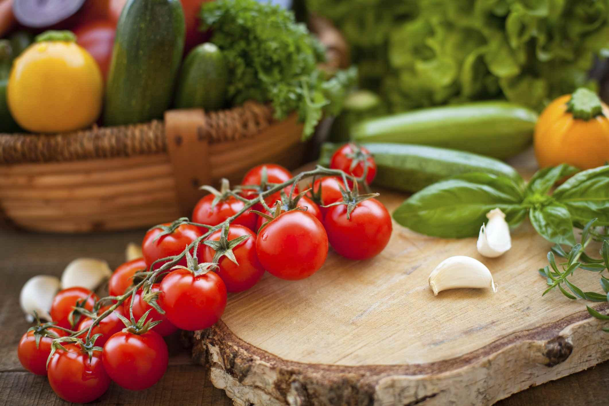 Verduras en bandeja de madera