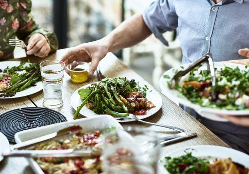 Vista recortada de la mesa puesta con comida vegetariana casera fresca.