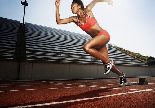 Corredor femenino en pista