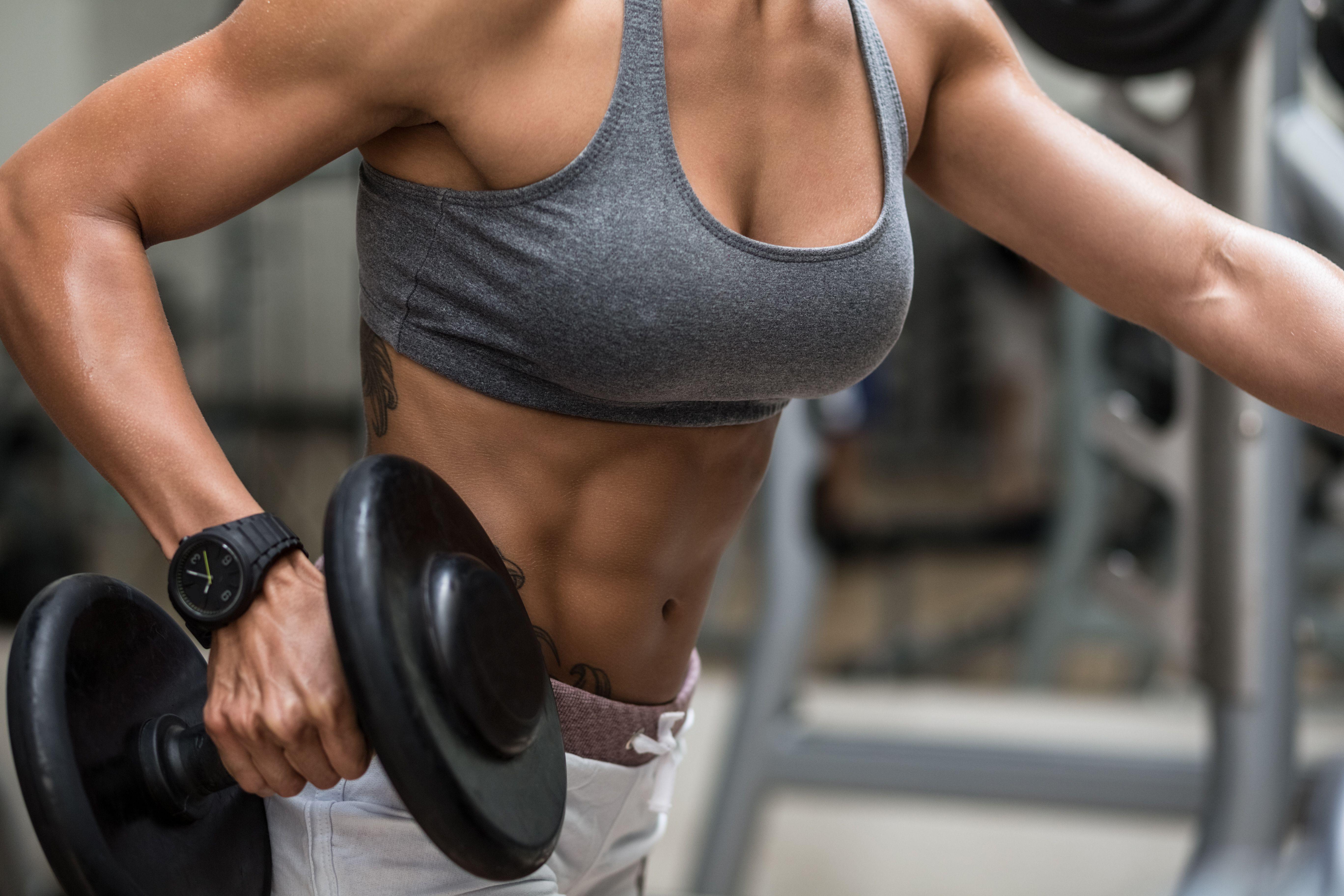 culturista femenina levantando pesas