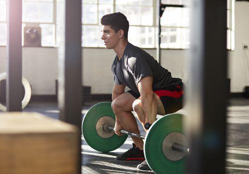 Un levantador de pesas masculino se prepara para una limpieza a fondo.