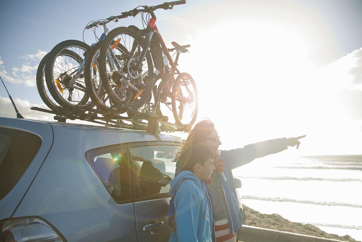 Familia en bicicleta al aire libre