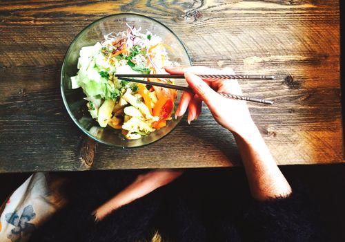 Tazón de verduras en una mesa de madera