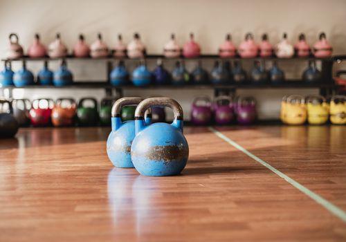 Conjuntos de pesas rusas en un gimnasio