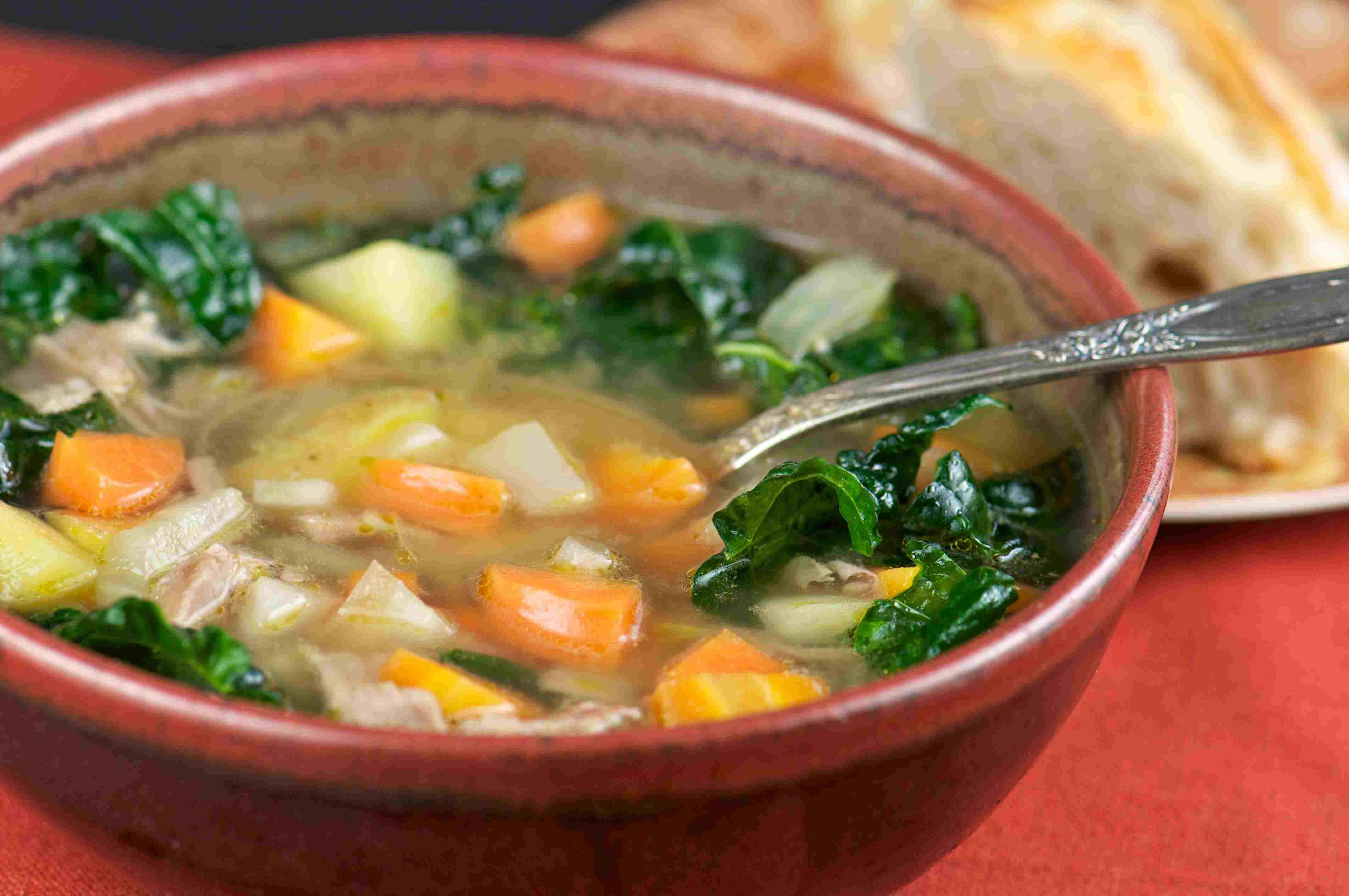 Tazón de pan y sopa de pavo casero
