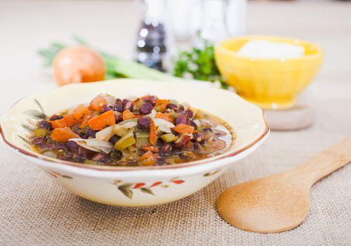 Sopa de frijoles negros y vegetales