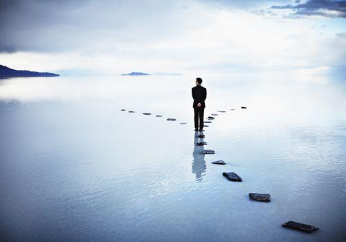 Hombre pensando en decisión frente a camino bifurcado