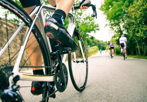 montando una bicicleta