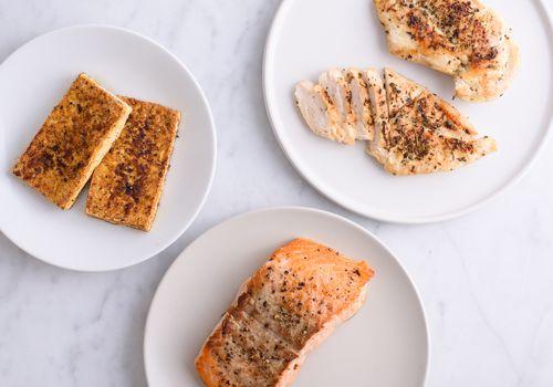 grupo de proteínas: tofu, pollo, salmón