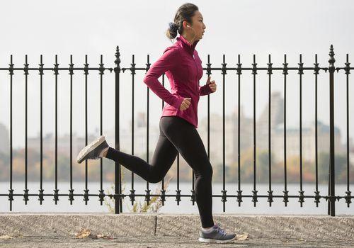 Mujer que corre a lo largo del embalse en Central Park