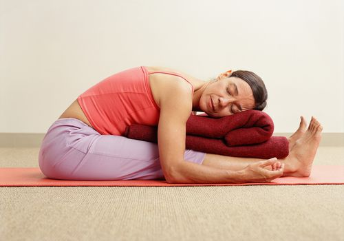 Postura restaurativa de yoga
