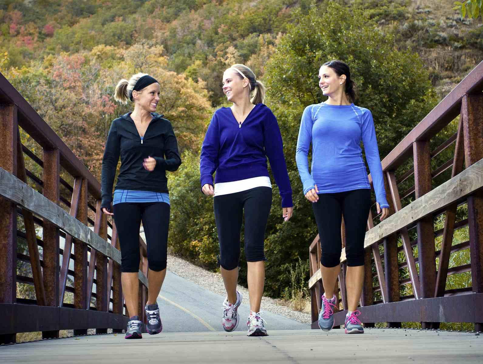 Tres jóvenes mujeres caminando