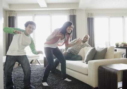 familia jugando videojuegos de baile