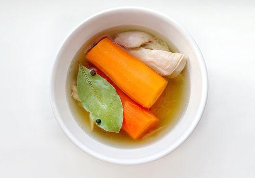 caldo de pollo con verduras en un tazón