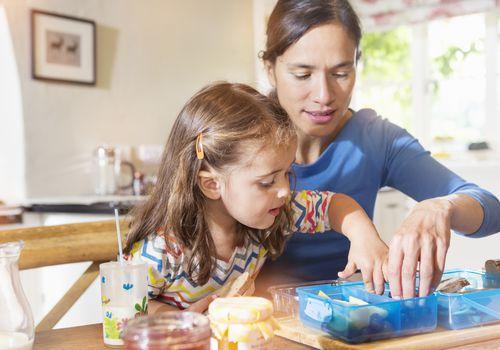 madre e hija haciendo el almuerzo