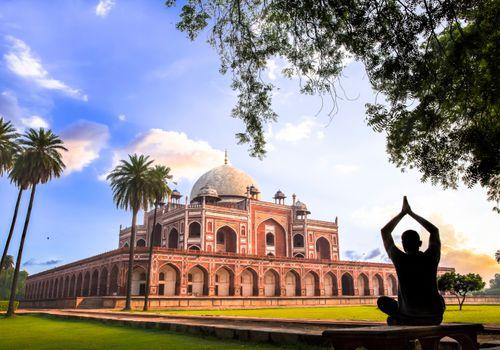 Yoga en la tumba de Humayun, Delhi, India