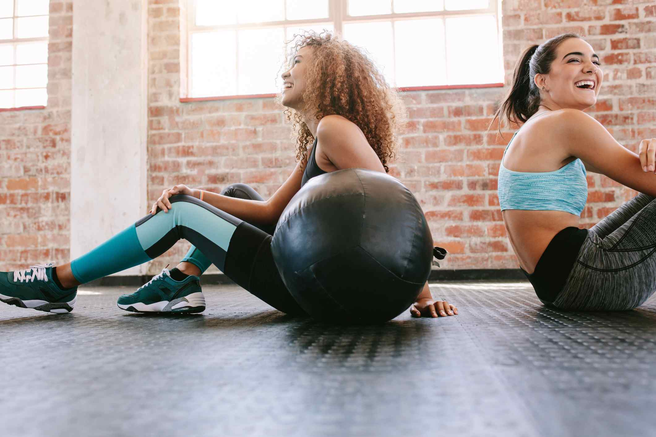 Mujeres jóvenes tomando un descanso del entrenamiento