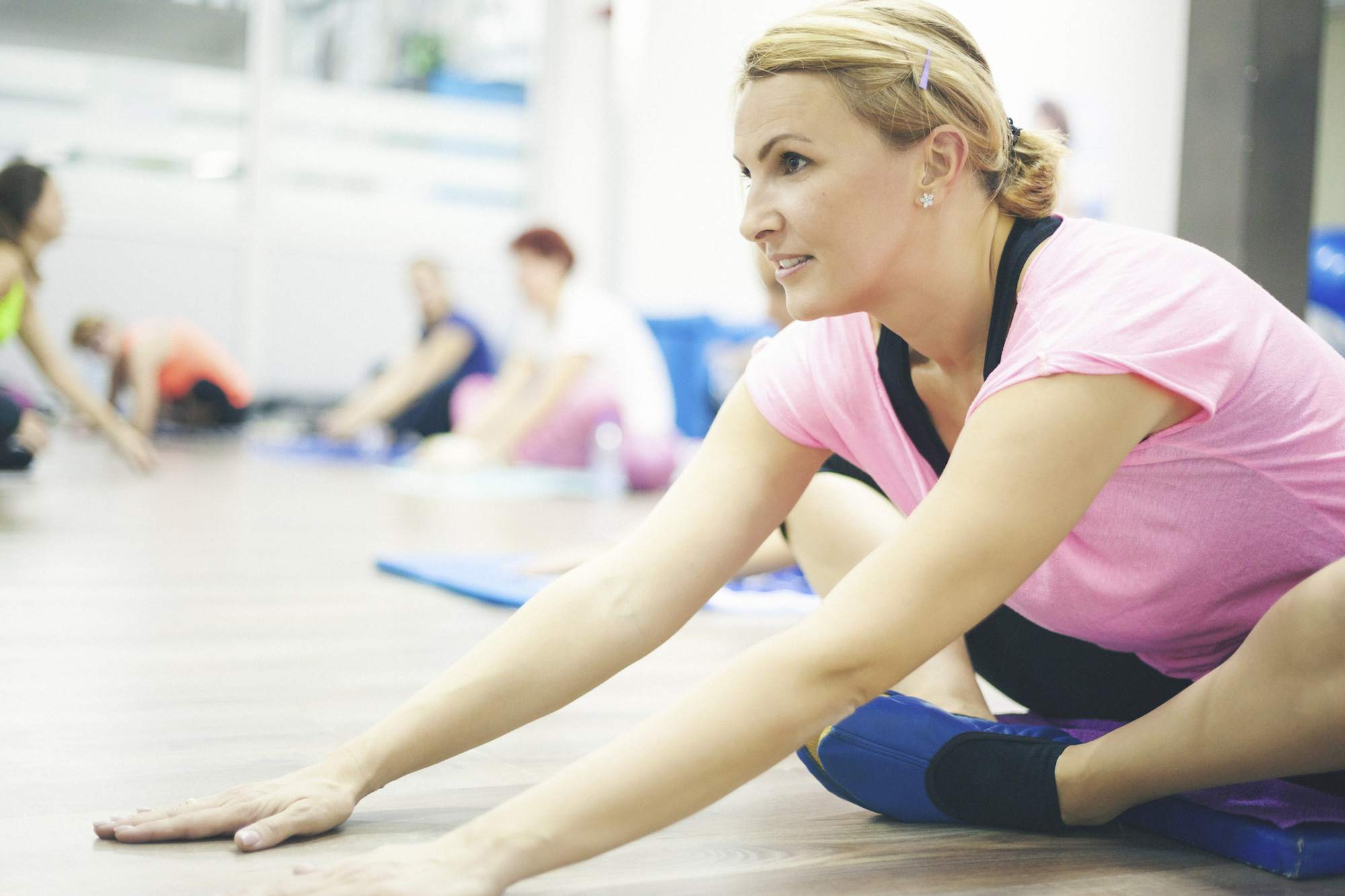 Hermosa mujer adulta ejercicio de pilates