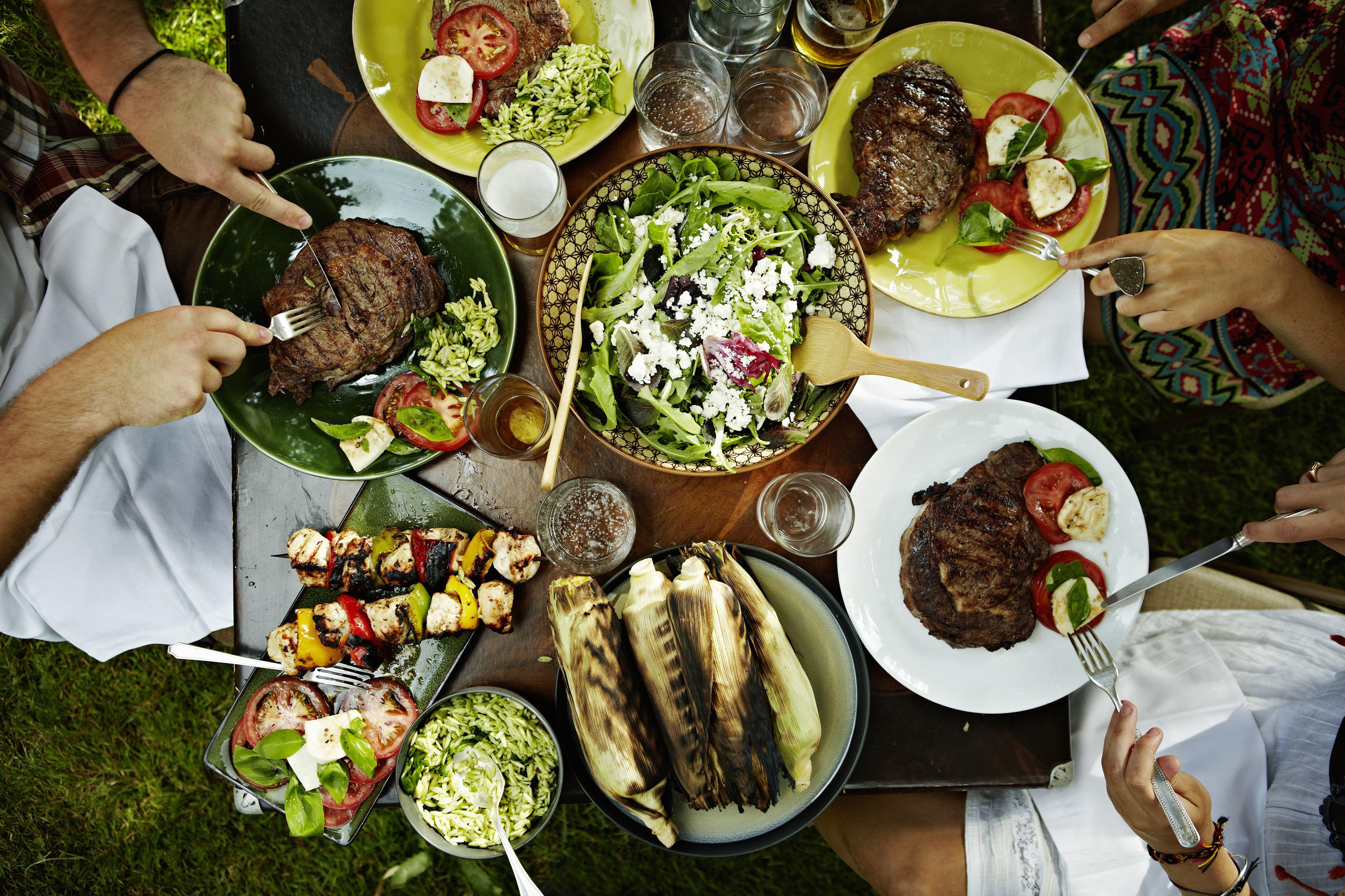 Vista aérea de amigos cenando en la mesa al aire libre