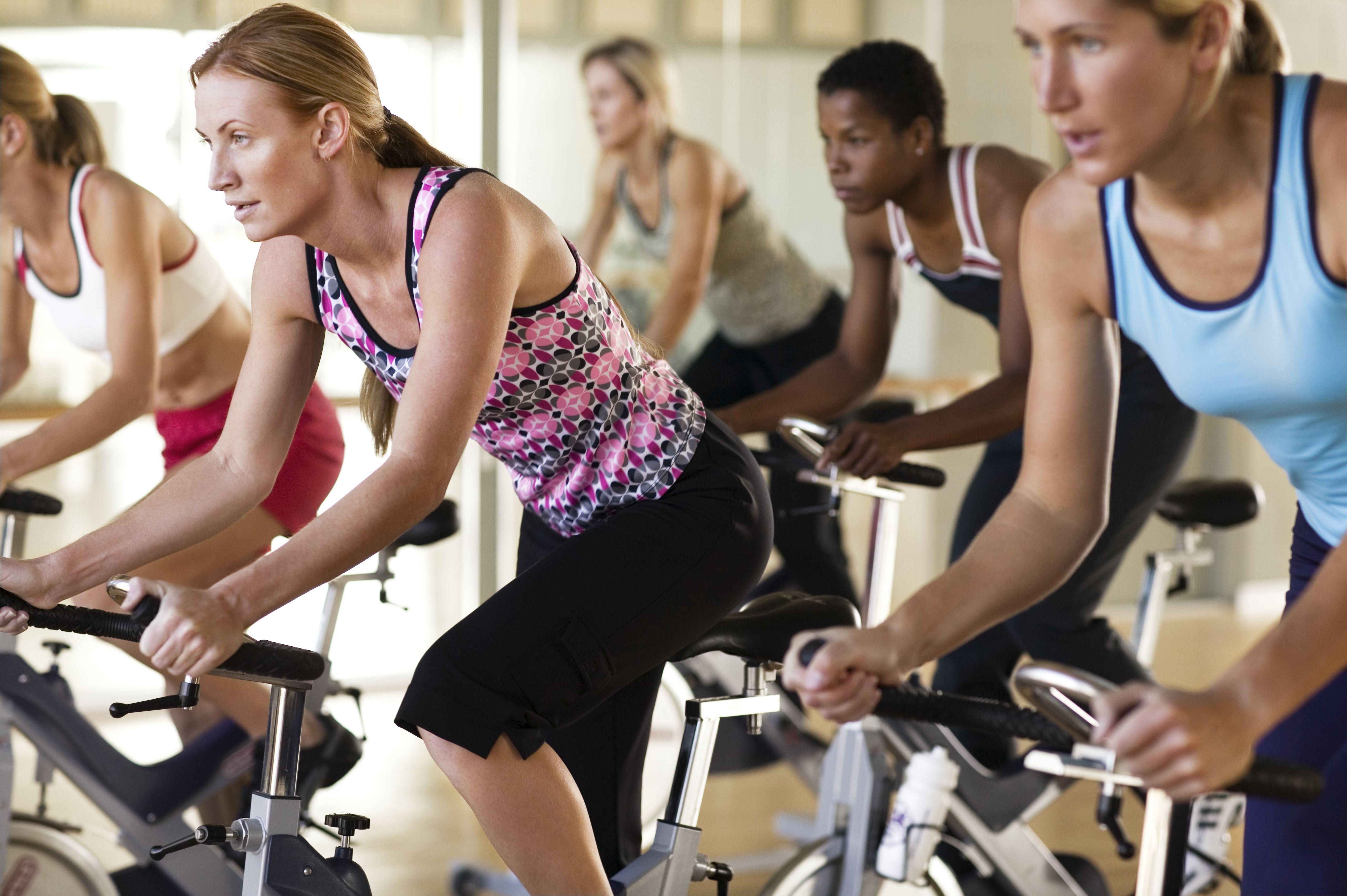 Mujeres en bicicletas de ejercicio