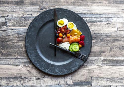 Plato de comida que parece un reloj