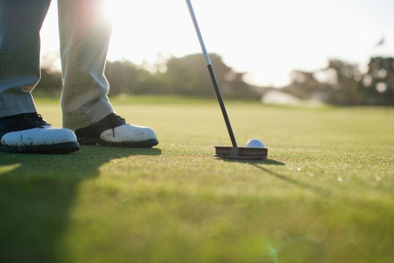 lining up golf putt