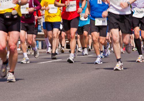 Piernas de corredores en carrera