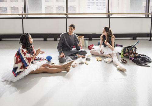 bailarines de ballet comiendo