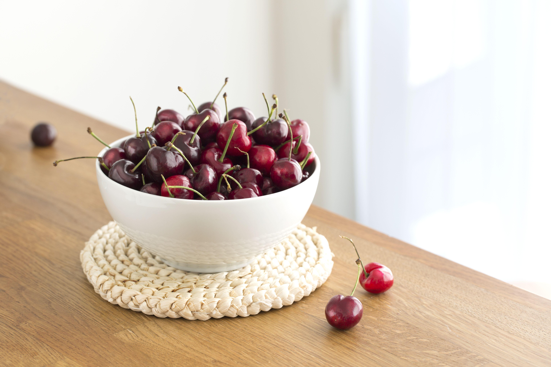 Cuenco de cerezas en la mesa