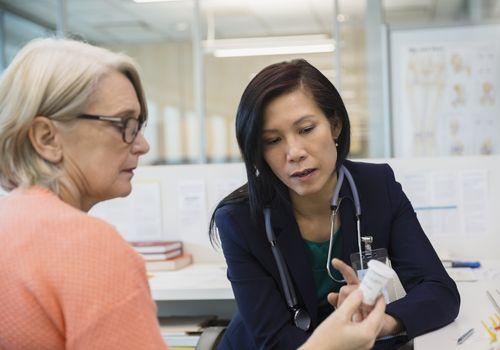 Doctor consultando sobre pastillas